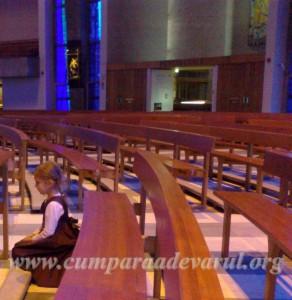 Banca biserica adaptata pentruI ingenunchiere la rugaciune