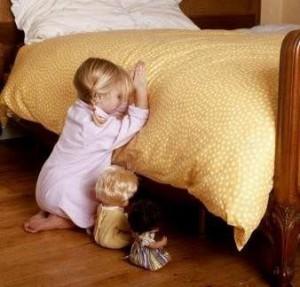 Copil ingenincheaza la rugaciune